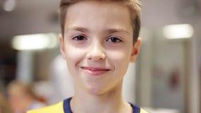 Muchacho sonriente feliz del preadolescente en la escuela almacen de video