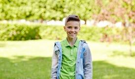 Muchacho sonriente feliz en el parque del verano Imagenes de archivo
