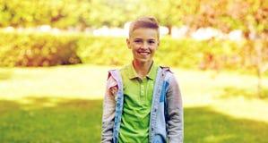 Muchacho sonriente feliz en el parque del verano Imágenes de archivo libres de regalías