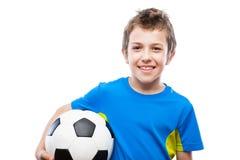 Muchacho sonriente hermoso del niño que sostiene el balón de fútbol Imagen de archivo libre de regalías