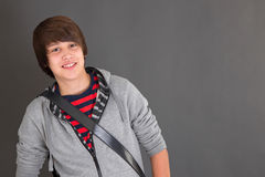 Muchacho sonriente joven en ropa casual con el slingbag. Fotografía de archivo libre de regalías