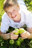Muchacho sonriente lindo con las pecas en su cara Foto de archivo libre de regalías