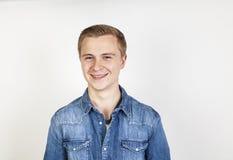 Muchacho sonriente lindo que presenta en estudio Foto de archivo