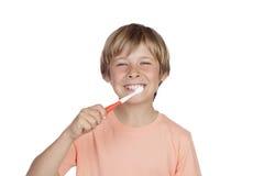 Muchacho sonriente que cepilla sus dientes Imagen de archivo