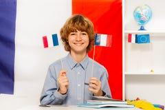 Muchacho sonriente que estudia francés en la clase Fotografía de archivo libre de regalías