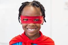 Muchacho sonriente que finge ser un super héroe Fotos de archivo