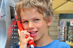 Muchacho sonriente que habla por el teléfono Foto de archivo
