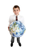 Muchacho sonriente que sostiene la tierra del mundo Fotos de archivo libres de regalías