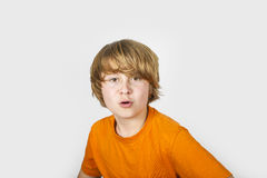 Muchacho sorprendido en camisa anaranjada Fotos de archivo