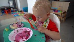 Muchacho sucio adorable del niño que come la sopa fría de la remolacha del plato Tiro del movimiento del cardán metrajes
