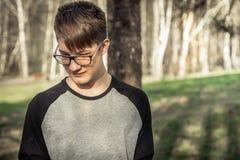 Muchacho tímido del inconformista del adolescente en lentes al aire libre Fotos de archivo libres de regalías