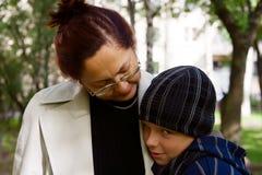Muchacho tímido y su abuela Foto de archivo