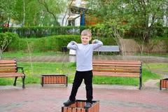 Muchacho travieso en paseo en el verano Fotos de archivo libres de regalías