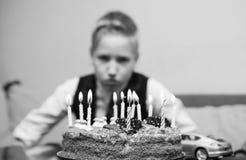 Muchacho triste con la torta en su cumpleaños Imágenes de archivo libres de regalías