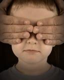 Muchacho triste de protección sin ojos Imagenes de archivo
