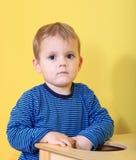 Muchacho triste en jardín de la infancia Imagen de archivo