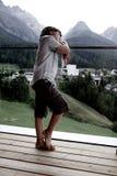 Muchacho triste pensativo delante de las montañas Foto de archivo