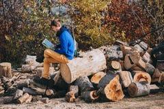 Muchacho turístico mirando un mapa Fotos de archivo libres de regalías