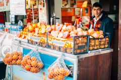 Muchacho turco joven que vende las frutas fotografía de archivo libre de regalías