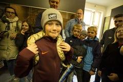 Muchacho valiente con la serpiente en el museo del reptil de Oslo imagen de archivo libre de regalías