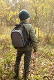 Muchacho-viajero con una mochila Foto de archivo libre de regalías