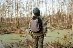 Muchacho-viajero con una mochila Imagen de archivo libre de regalías
