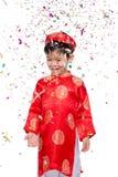 Muchacho vietnamita feliz en Ao rojo Dai que celebra Año Nuevo con estafa Imágenes de archivo libres de regalías