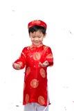 Muchacho vietnamita feliz en Ao rojo Dai que celebra Año Nuevo con estafa Imagen de archivo