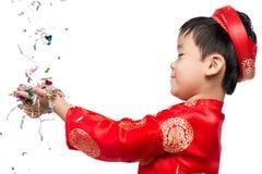 Muchacho vietnamita feliz en Ao rojo Dai que celebra Año Nuevo con estafa Fotos de archivo