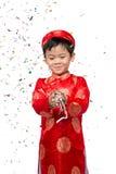 Muchacho vietnamita feliz en Ao rojo Dai que celebra Año Nuevo con estafa Fotos de archivo libres de regalías