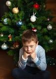 Muchacho y árbol de navidad Fotos de archivo