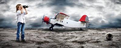 Muchacho y aeroplano jovenes Imagen de archivo libre de regalías