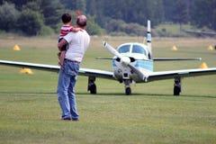 Muchacho y avión del hombre Imagen de archivo libre de regalías