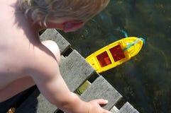 Muchacho y barco Fotografía de archivo libre de regalías