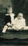 Muchacho y bebé en los 1900s tempranos Imagen de archivo libre de regalías