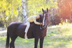 Muchacho y caballo lindos del adolescente Imagen de archivo