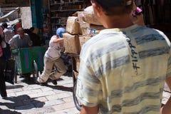 Muchacho y carros conducidos hombre en la ciudad vieja, Jerusalén imagen de archivo