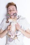Muchacho y chivava que juegan, tiro desde arriba Imagen de archivo libre de regalías