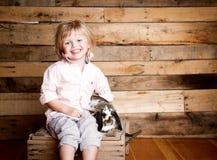 Muchacho y conejito de Pascua foto de archivo libre de regalías