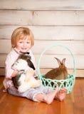 Muchacho y conejito de Pascua fotos de archivo libres de regalías
