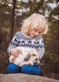 Muchacho y conejo Imagen de archivo libre de regalías
