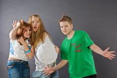 Muchacho y dos muchachas con la esfera Foto de archivo