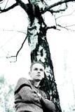 Muchacho y el árbol muerto Foto de archivo
