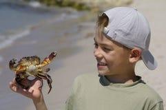 Muchacho y el cangrejo Imágenes de archivo libres de regalías