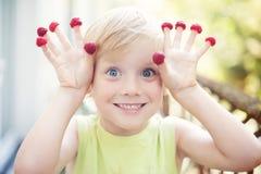 Muchacho y frambuesa lindos Fotografía de archivo libre de regalías
