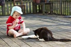 Muchacho y gato fotografía de archivo
