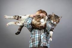 Muchacho y gato imagenes de archivo