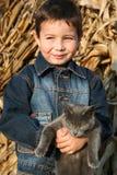 Muchacho y gato Foto de archivo libre de regalías