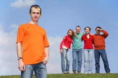 Muchacho y grupo de amigos Imagen de archivo libre de regalías