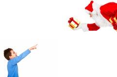 Muchacho y la Navidad Santa fotografía de archivo